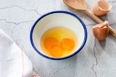 Drie eierdooiers in een kom Stock Foto