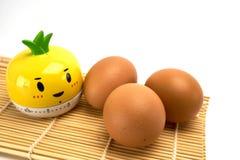 Drie eieren op bamboemat Royalty-vrije Stock Foto