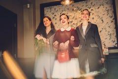 Drie elegante jonge dames klaar voor een partij royalty-vrije stock foto's