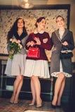 Drie elegante jonge dames klaar voor een partij royalty-vrije stock afbeeldingen