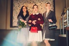 Drie elegante jonge dames klaar voor een partij royalty-vrije stock fotografie