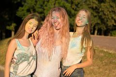 Drie emotionele vrienden die van blondevrouwen Holi-festival vieren Royalty-vrije Stock Foto