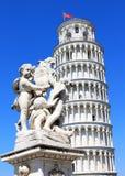 Drie engelen dichtbij leunende toren van Pisa, Italië Royalty-vrije Stock Foto's