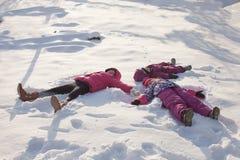 Drie engelen op de sneeuw royalty-vrije stock afbeeldingen