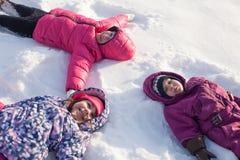 Drie engelen op de sneeuw stock foto