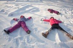 Drie engelen op de sneeuw royalty-vrije stock afbeelding