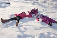Drie engelen op de sneeuw stock foto's