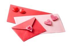 Drie enveloppen die met harten worden verfraaid stock foto's