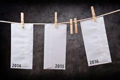 Drie Enveloppen met jaaraantallen op klerenkabel Royalty-vrije Stock Afbeeldingen
