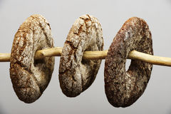 Drie fins rond roggebrood stock foto's