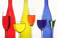 Drie flessen en vijf wijnglazen Stock Foto's