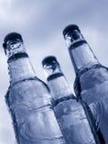 Drie flessen met waterdalingen Royalty-vrije Stock Foto's