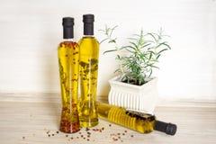Drie flessen olijfolie met kruiden Royalty-vrije Stock Afbeeldingen