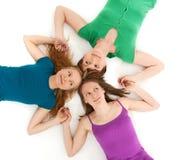 Drie flirtmeisjes die handen houden Stock Afbeelding