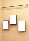 Drie frames met canvas op de tentoonstellingsrichel Royalty-vrije Stock Afbeeldingen