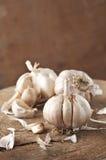 Drie Garlics op Houten Scherpe Raad Royalty-vrije Stock Fotografie