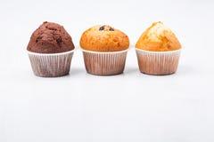 Drie geïsoleerde muffins Stock Afbeelding