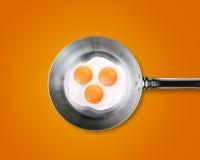 Drie Gebraden eieren in een pan Stock Foto
