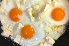 Drie gebraden eieren op de pan op de brand Stock Afbeeldingen