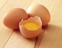 Drie gebroken eieren één royalty-vrije stock fotografie