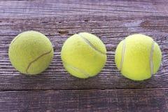 Drie gebruikte tennisballen Stock Afbeelding
