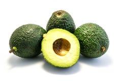Drie gehele die avocado's en de helft op witte achtergrond wordt geïsoleerd royalty-vrije stock foto's