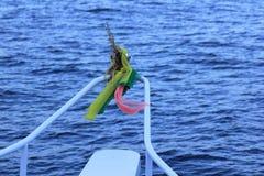Drie gekleurde die doek aan de boot wordt gebonden stock foto