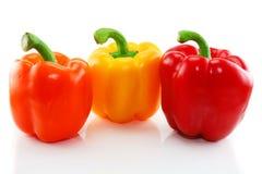 Drie gekleurde geïsoleerdem paprika Royalty-vrije Stock Afbeeldingen