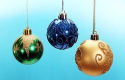 Drie gekleurde Kerstmisballen. Stock Fotografie