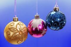Drie gekleurde Kerstmisballen. Stock Afbeelding