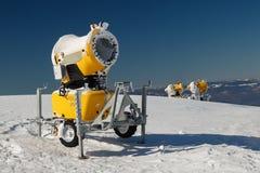 Drie gele sneeuwkanonnen Royalty-vrije Stock Fotografie