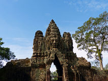 Drie-geleide Boedha in Angkor Thom Northern Gate Stock Foto's
