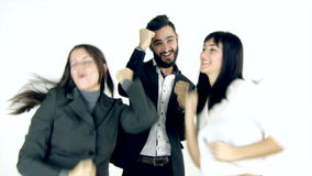 Drie gelukkige bedrijfsmensen die in studio dansen stock video