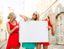 Drie gelukkige blondevrouwen met lege witte raad Royalty-vrije Stock Afbeelding