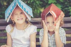 Drie gelukkige kinderen die in park spelen Royalty-vrije Stock Fotografie