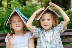 Drie gelukkige kinderen die in park spelen Stock Fotografie