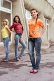 Drie gelukkige meisjes die jeans dragen Royalty-vrije Stock Foto