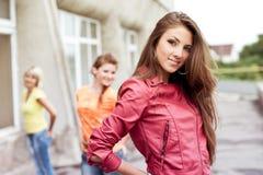 Drie gelukkige meisjesvrienden Stock Foto