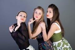 Drie gelukkige retro-gestileerde meisjes Royalty-vrije Stock Foto