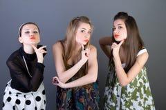 Drie gelukkige retro-gestileerde meisjes Royalty-vrije Stock Afbeelding