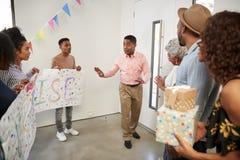 Drie generatie Afrikaanse Amerikaanse familie die een verrassingspartij tot welkome, volledige lengte voorbereidingen treffen te  stock foto