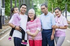 Drie generatiefamilie die zich op de weg bevinden royalty-vrije stock foto's
