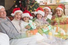 Drie generatiefamilie het vieren Kerstmis Stock Afbeeldingen