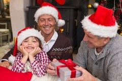 Drie generatiefamilie het vieren Kerstmis Stock Foto's