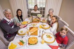 Drie generatiefamilie tijdens Kerstmisdiner samen Stock Fotografie