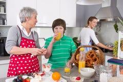 Drie generaties die samen - gelukkige familie die togethe koken leven Stock Afbeelding