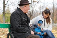 Drie generaties van een familie bij het park Royalty-vrije Stock Afbeeldingen