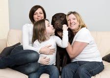 Drie Generaties van een Familie met hun Hond royalty-vrije stock afbeelding