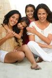 Drie generaties van het Spaanse vrouw glimlachen Stock Foto
