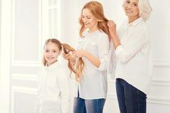 Drie generaties van vrouwen die kapsels maken stock afbeeldingen